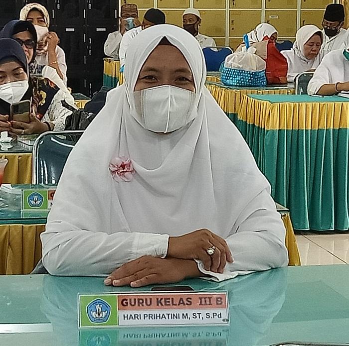 Salah seorang guru di SDN Rangkah VI 168