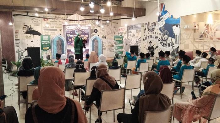 Anak2 yatim mendengarkan dongeng bulan Ramadhan