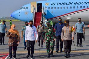Didampingi Forkopimda Jatim, Jokowi Tinjau Fasilitas Ekspor Udang Vaname di Lamongan dan Pengolahan Sampah di Surabaya
