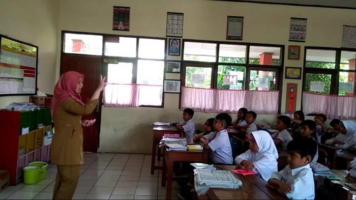Suasana belajar mengajar di ruang kelas