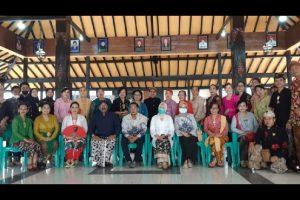 Lestarikan Budaya, Perkumpulan PBN dan KKS Mbois Malang Raya Serahkan Donasi Kebaya