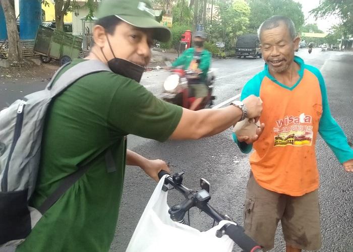 Bagi nasbung ke warga di jalan-1