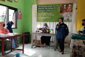 Ibu-ibu di Kelurahan Blimbing Antusias Ikuti Pelatihan Daur Ulang Minyak Jelantah Jadi Lilin
