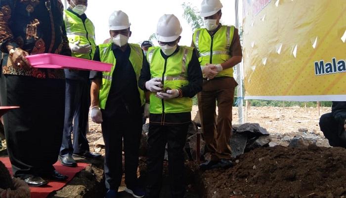 Berdoa sebelum mulai pembangunan SMPN di Kota Malang