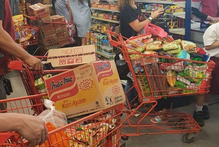 Borong sembako di supermarket