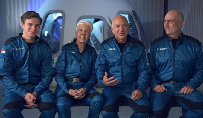 Jeff Bezos Sukses Meluncur Ke luar Angkasa