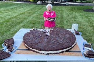 Nenek 95 Tahun Bersama Cucunya Pecahkan Rekor Bikin Oreo Terbesar di Dunia