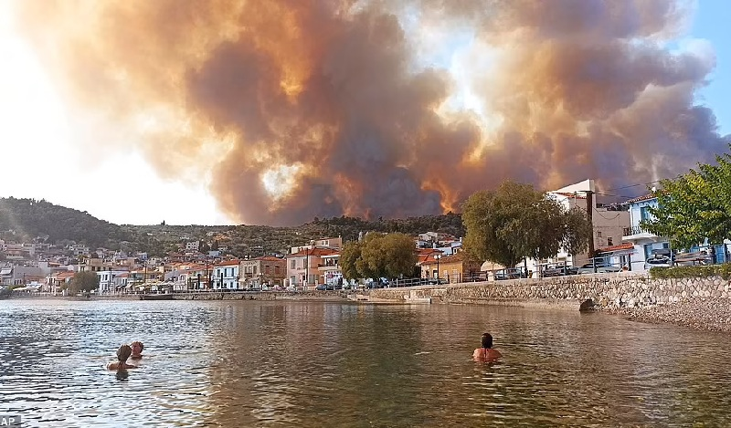 Kebakaran Terus Meluas di Yunani dan Turki, Ribuan Orang Dievakuasi Melalui Laut