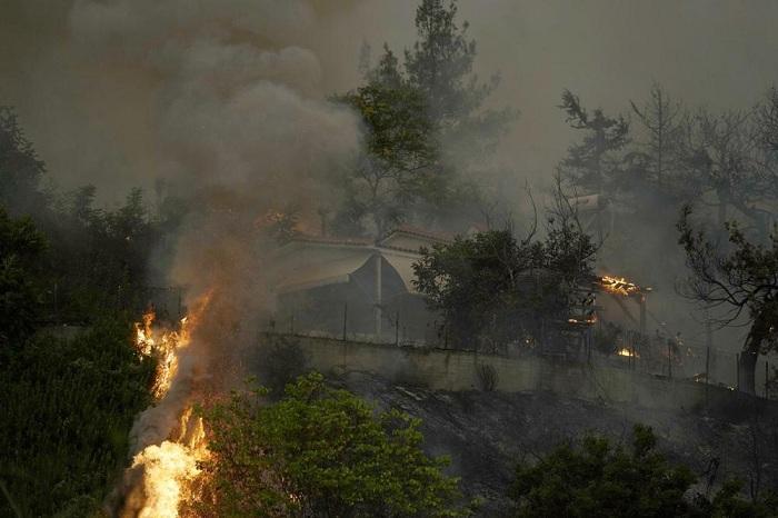 Rumah dilalap api di hutan Yunani