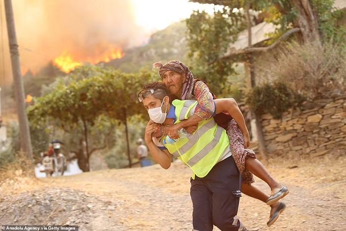 Menyelamatkan nenek dari kebakaran di Turki