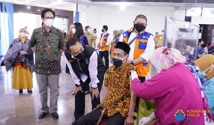 Wali Kota Surabaya Tinjau Langsung Vaksinasi Dosis Kedua ITS