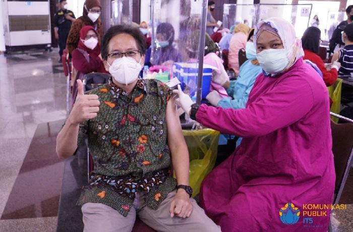 Rektor ITS ikut jalani vaksinasi