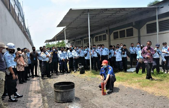 Petugas Damkar memberi pelatihan menggunakan APAR