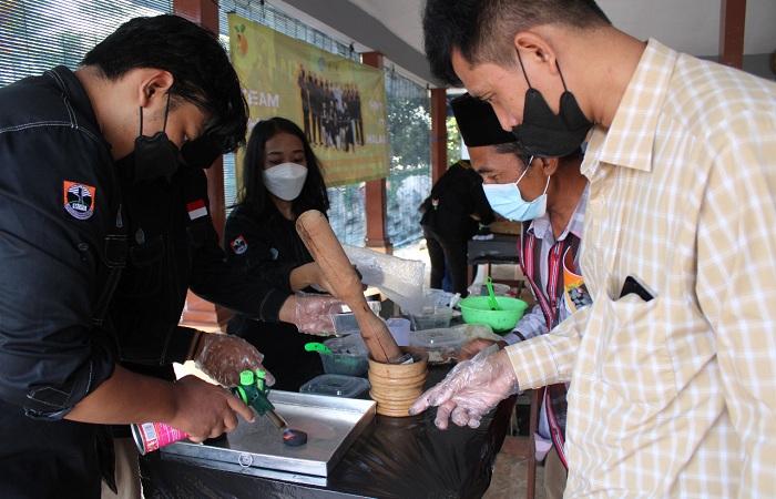 Mendemonstrasikan pembuatan briket dari limbah lokal
